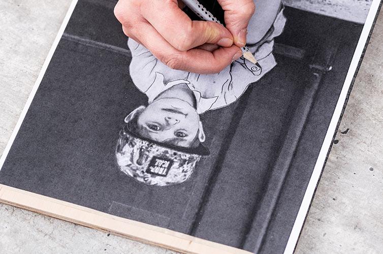 Paso 1: Imprimir el motivo y colocarlo sobre la superficies a pirograbar con el papel transfer debajo.