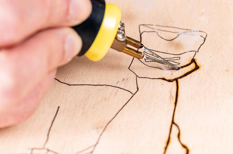 Paso 3: Dibujar sobre el perfil marcado con el pirograbador.